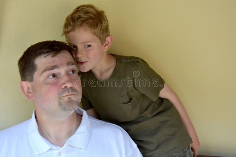 Hemligheter med pappa royaltyfri bild