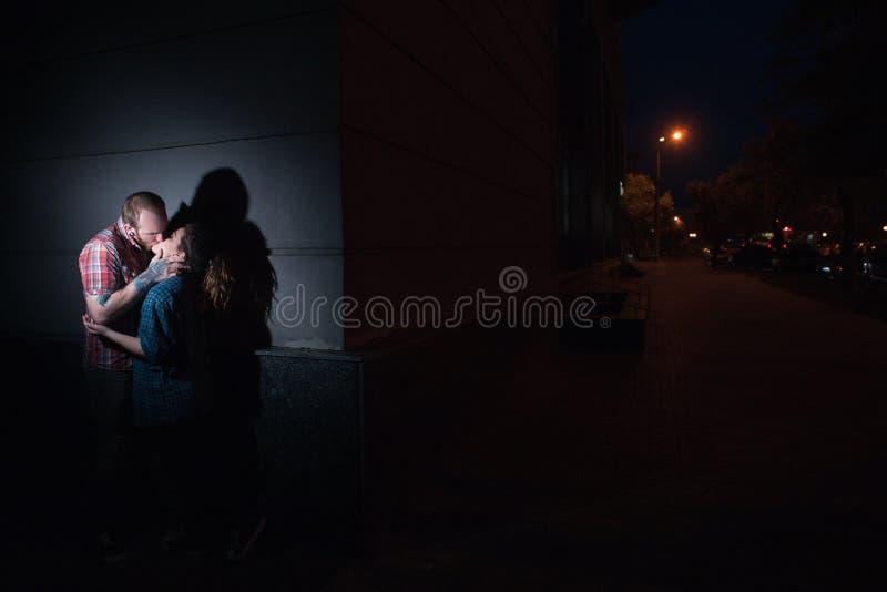Hemligt romantiskt datum på natten kyssa för par fotografering för bildbyråer