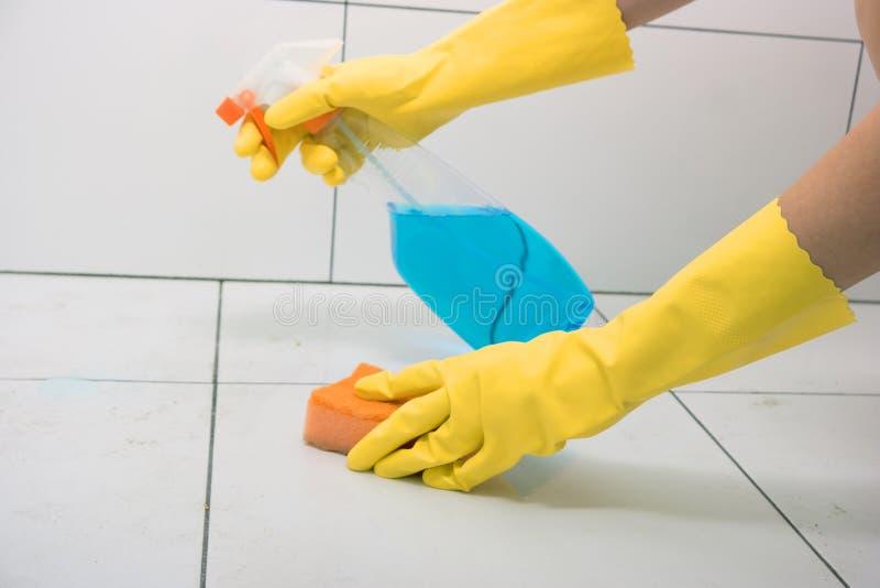 Hemmafru i gula rubber handskar fotografering för bildbyråer
