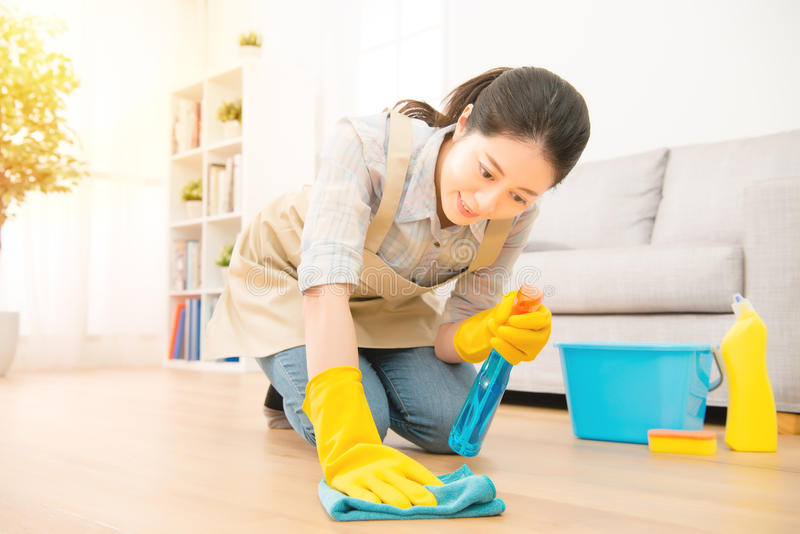 Hemmafrukvinnawash golvet royaltyfria bilder