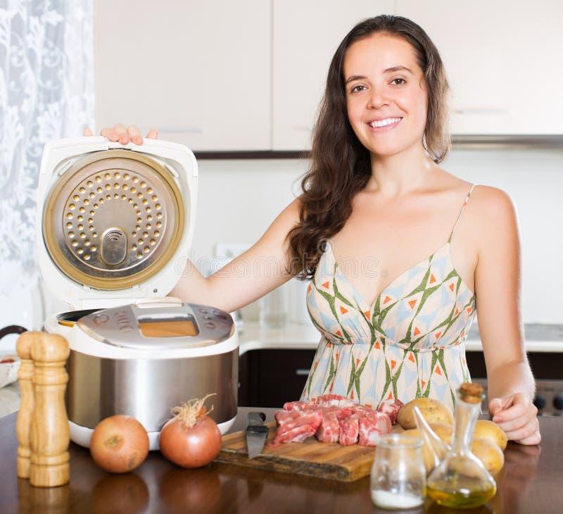 Hemmafrumatlagningkött med multicooker arkivbild