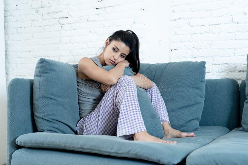 Hemmastadd känsligt deprimerat för ung kvinna och ledset royaltyfri bild