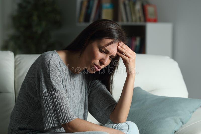 Hemmastadd lida huvudknip för kvinna i natten arkivfoton