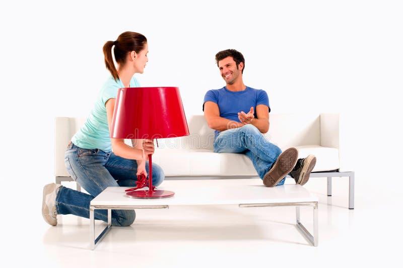 Hemmastadd man för par på sofaen arkivfoton