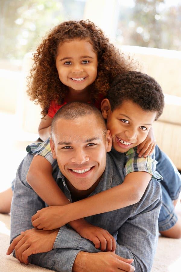 Hemmastadda fader och barn royaltyfri foto