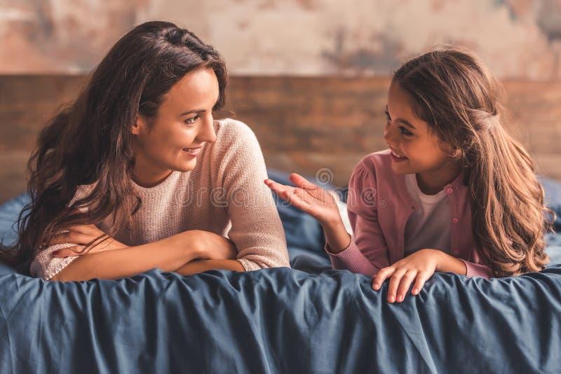 Hemmastadda mamma och dotter fotografering för bildbyråer