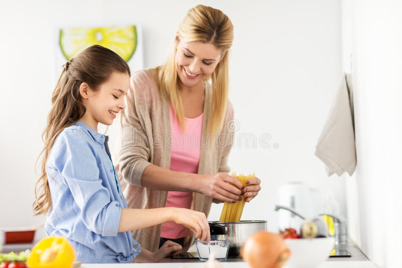 Hemmastatt kök för lycklig familjmatlagningmat arkivfoto