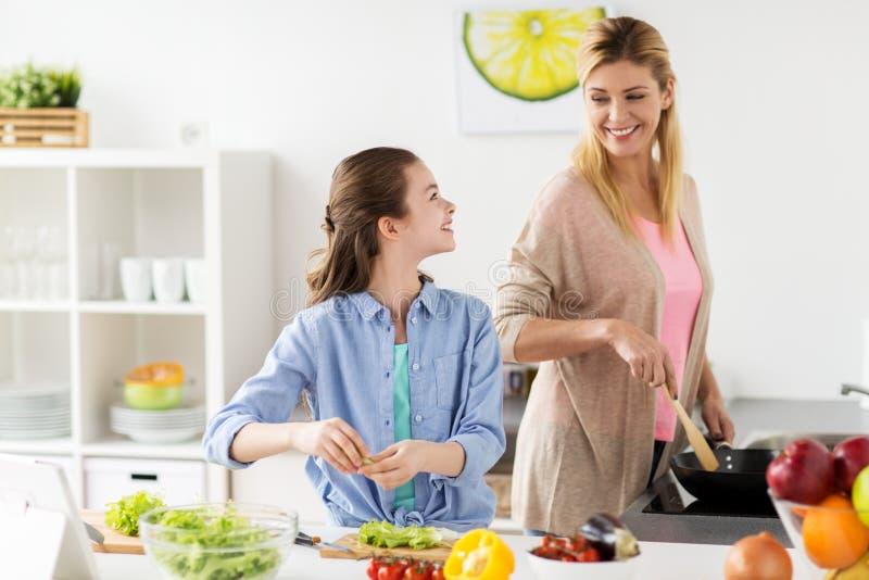 Hemmastatt kök för lycklig familjmatlagningsallad royaltyfri foto