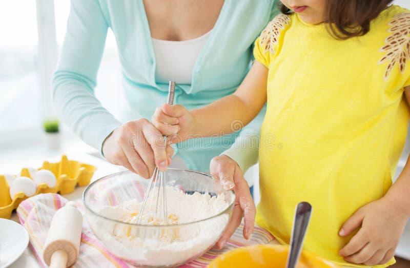 Hemmastatt kök för moder- och dotterdanandedeg fotografering för bildbyråer
