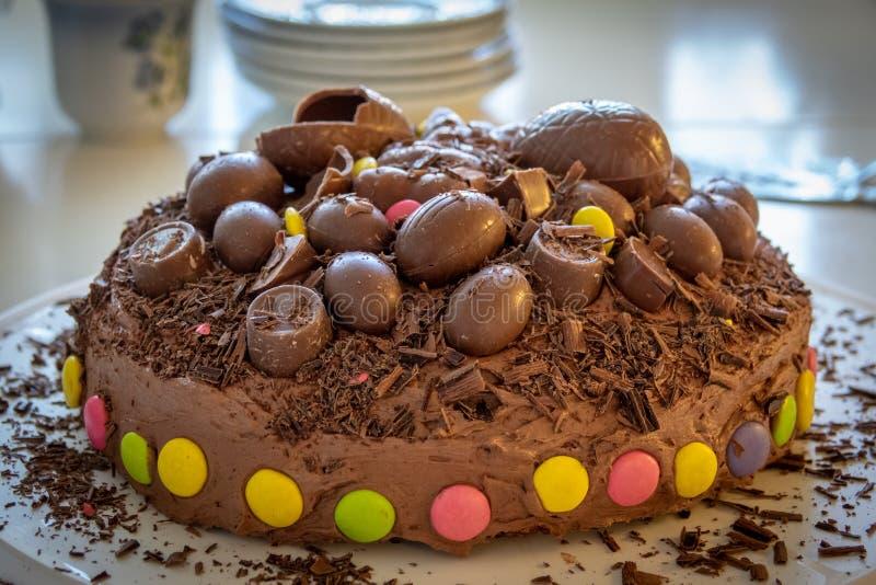 Hemmet gjorde den smakliga chokladkakan royaltyfria bilder