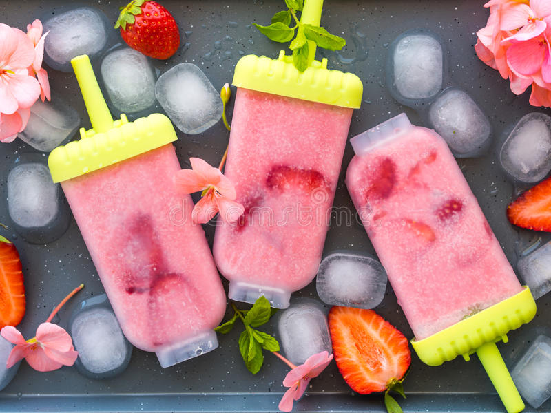 Hemmet gjorde jordgubbeglassisglassar arkivfoto