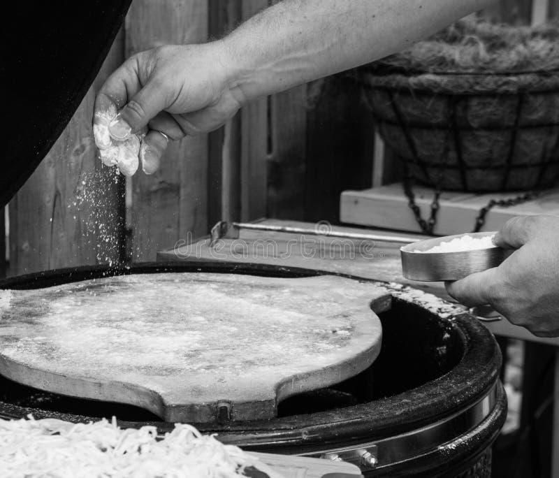 Hemmet gjorde pizzapreperation royaltyfria foton