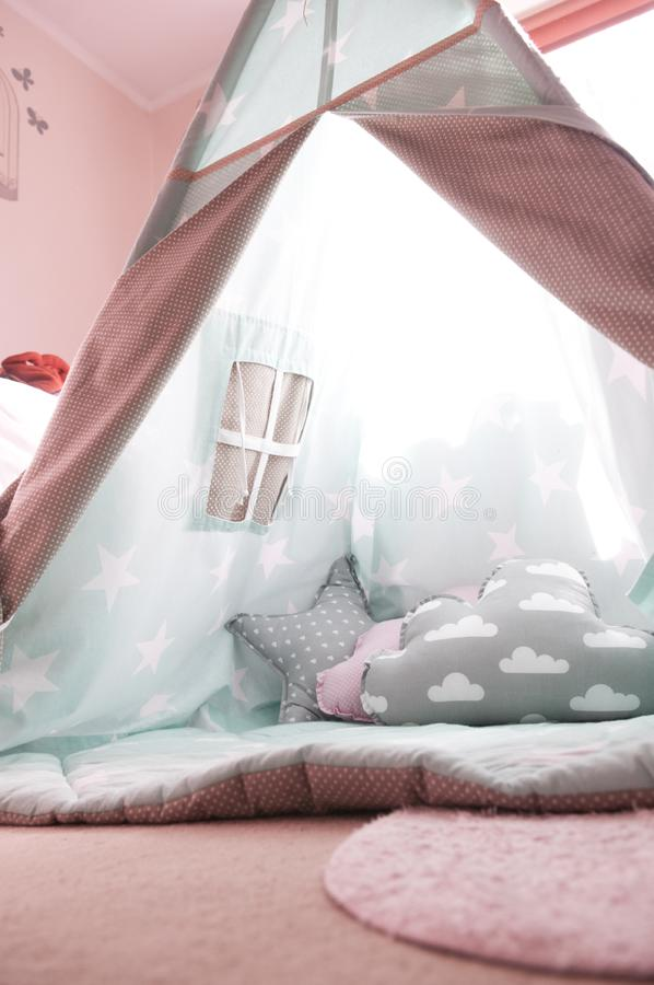 Hemmiljö barn Inre av childstältinsidan lurar sovrummet royaltyfri bild