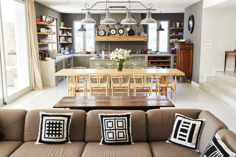 Hemmiljö med öppet plankök, vardagsrum och äta middagområde arkivbilder