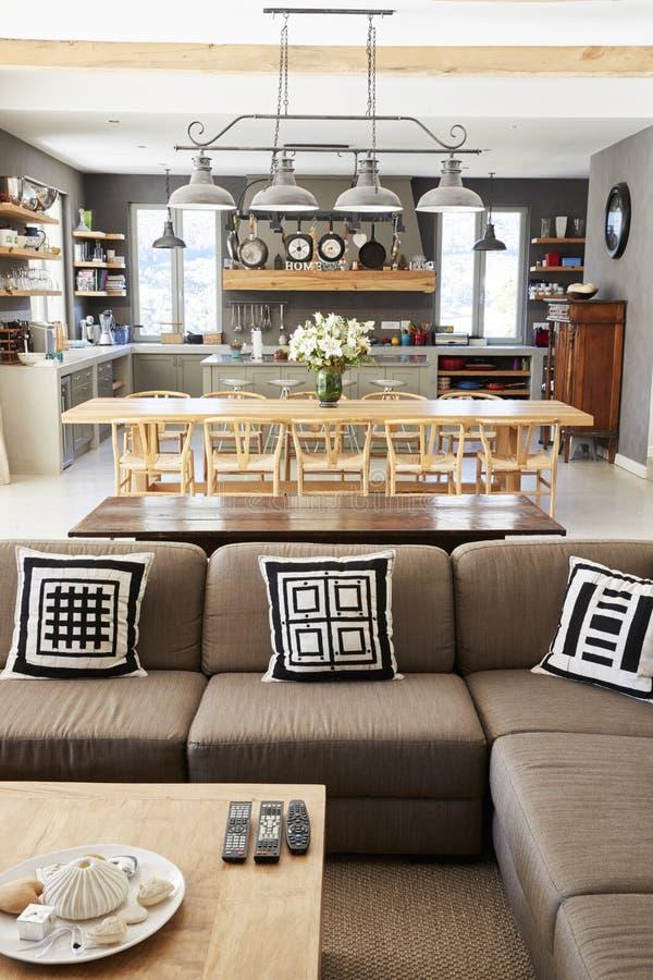 Hemmiljö med öppet plankök, vardagsrum och äta middagområde fotografering för bildbyråer