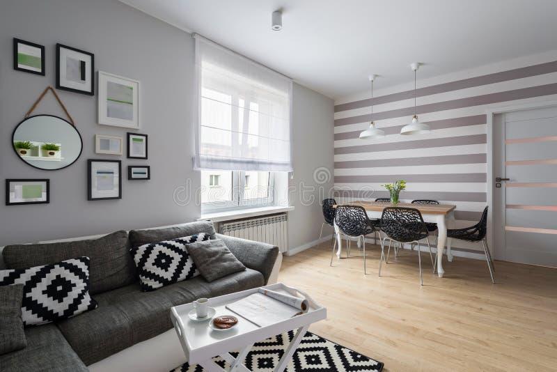 Hemmiljö med den gråa soffan arkivbilder