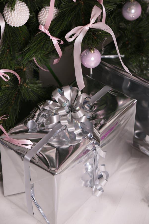 Hemmiljö med garnering för julgran och för nytt år, med stor gåva fotografering för bildbyråer