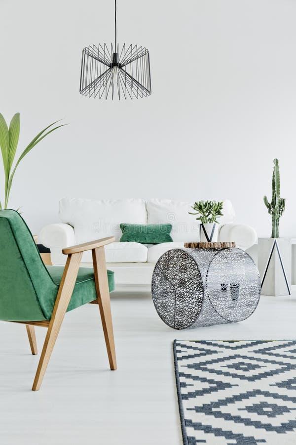 Hemmiljö med grön stol arkivfoto