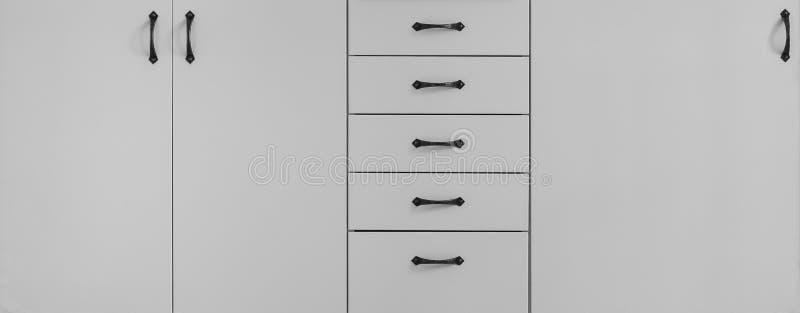 Hemmiljö, vita moderna kökenheter och kabinett fotografering för bildbyråer