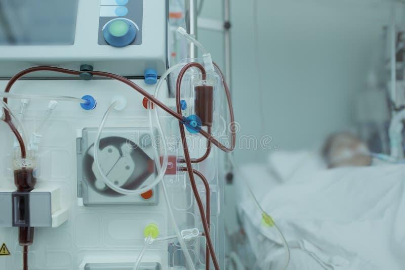 Hemodialysisapparaturen förband till patienten i ICU royaltyfri bild