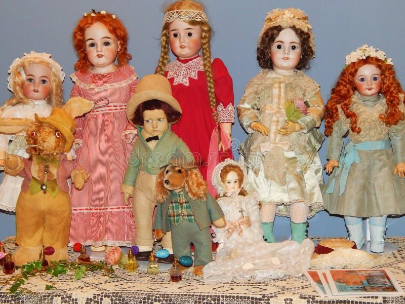 hemslöjdar Antika dockor på den internationella utställningen för 5th Moskva av Collectible dockakonst av dockor arkivfoton