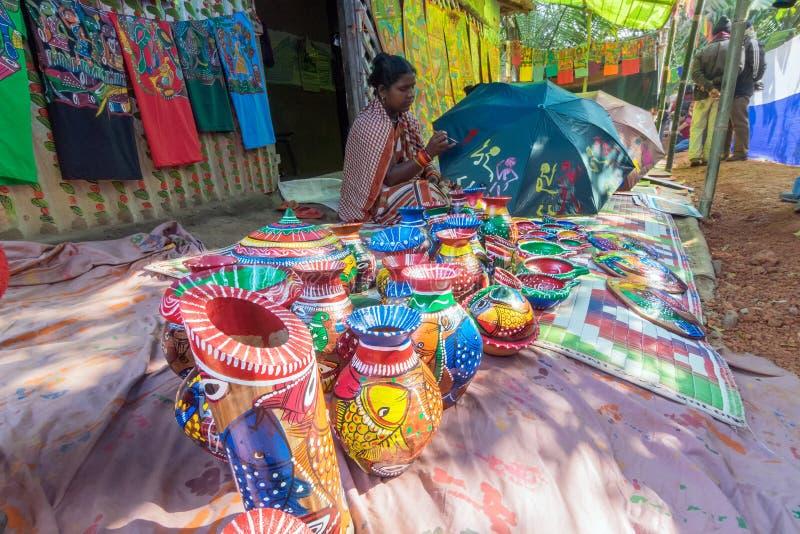 Hemslöjder är förberett till salu i den Pingla byn, västra Bengal, Indien arkivfoton