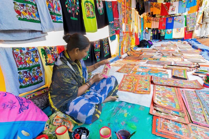 Hemslöjder är förberett till salu i den Pingla byn, västra Bengal, Indien royaltyfri bild