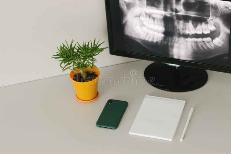 Hemtrevlig arbetsplats av radiologen royaltyfri bild