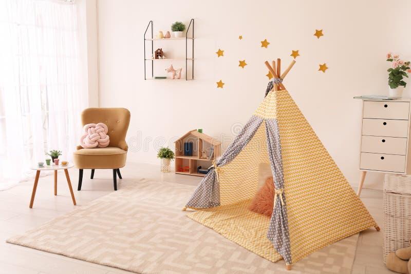 Hemtrevlig barns inre för rum med lektältet royaltyfri bild