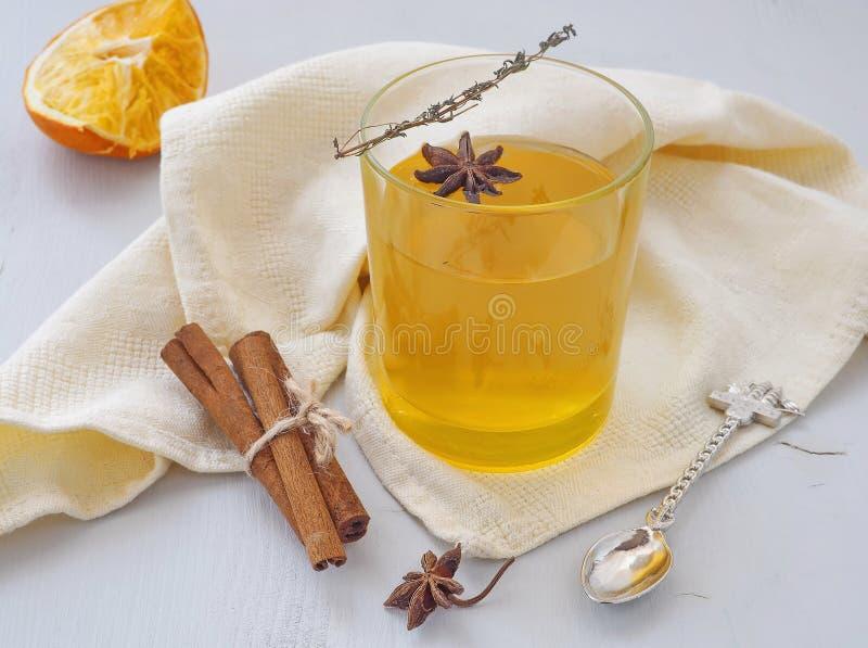 Hemtrevlig drink med apelsiner, timjankvisten och anisstjärnan Värmete arkivbild