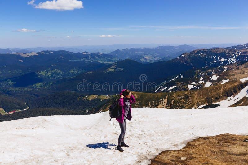 hemtrevlig flicka på berget på snö royaltyfri fotografi