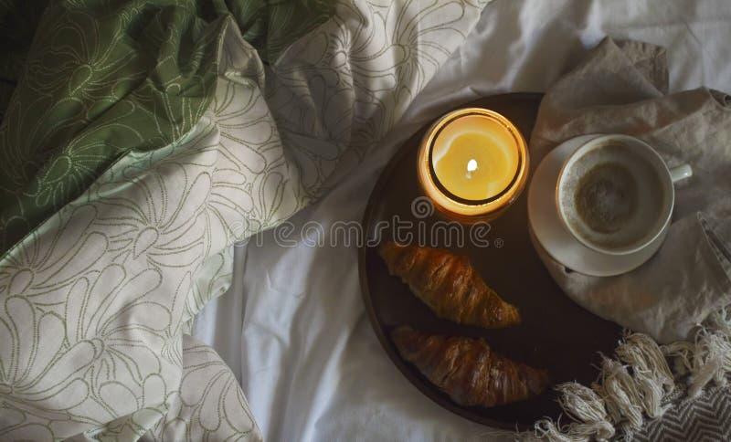 Hemtrevlig frukost med kaffe och giffel arkivbild