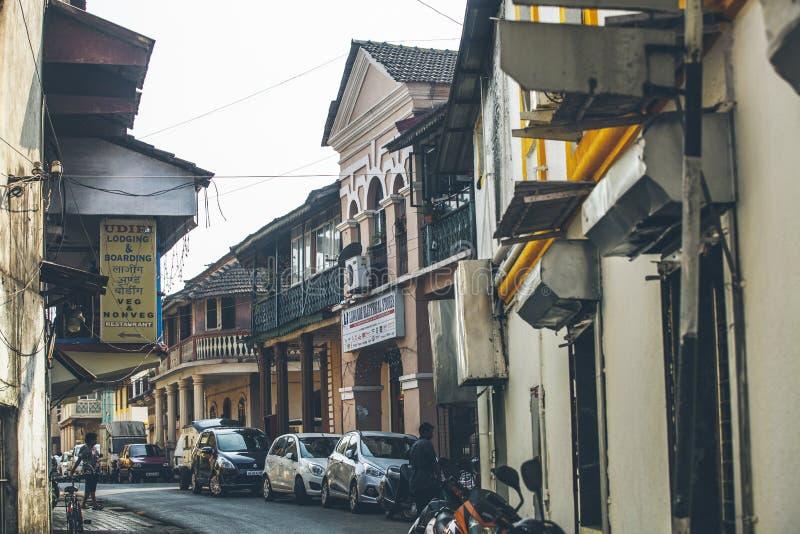 Hemtrevlig gullig liten gata i mitten av den Panaji staden i Asien royaltyfri bild