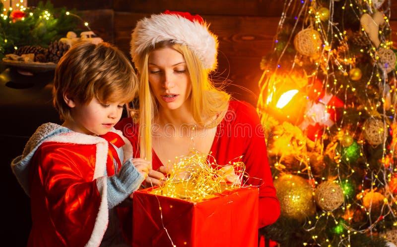 Hemtrevlig hemafton Helgdagsafton för jul för mamma- och ungelek tillsammans lycklig familj För pojkeson för moder och för litet  royaltyfria bilder