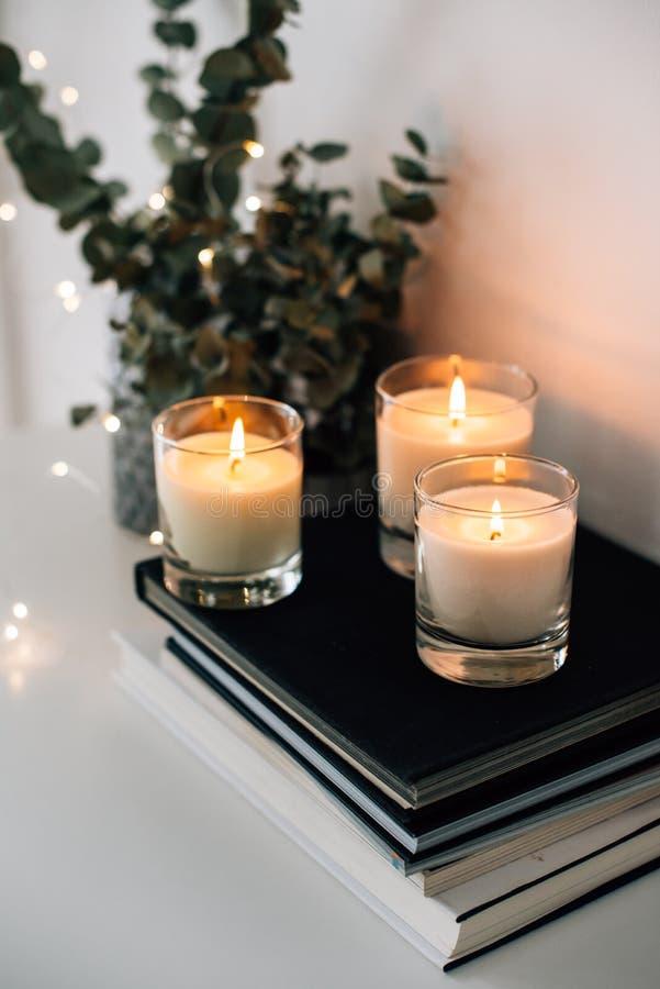 Hemtrevlig hemmiljödekor, brännande stearinljus arkivfoto