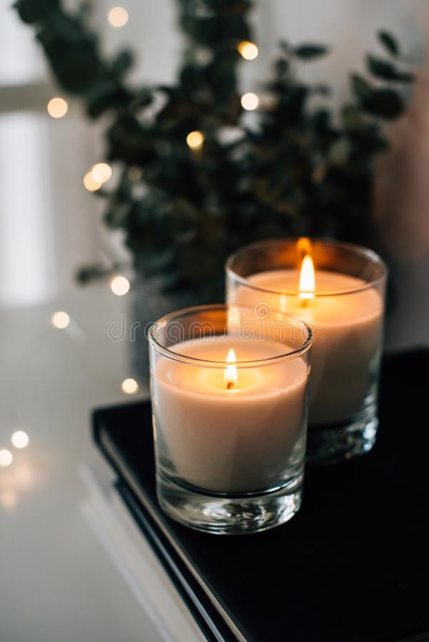 Hemtrevlig hemmiljödekor, brännande stearinljus arkivbild