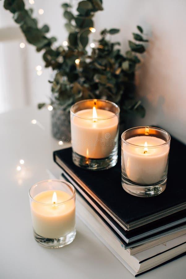 Hemtrevlig hemmiljödekor, brännande stearinljus royaltyfria foton