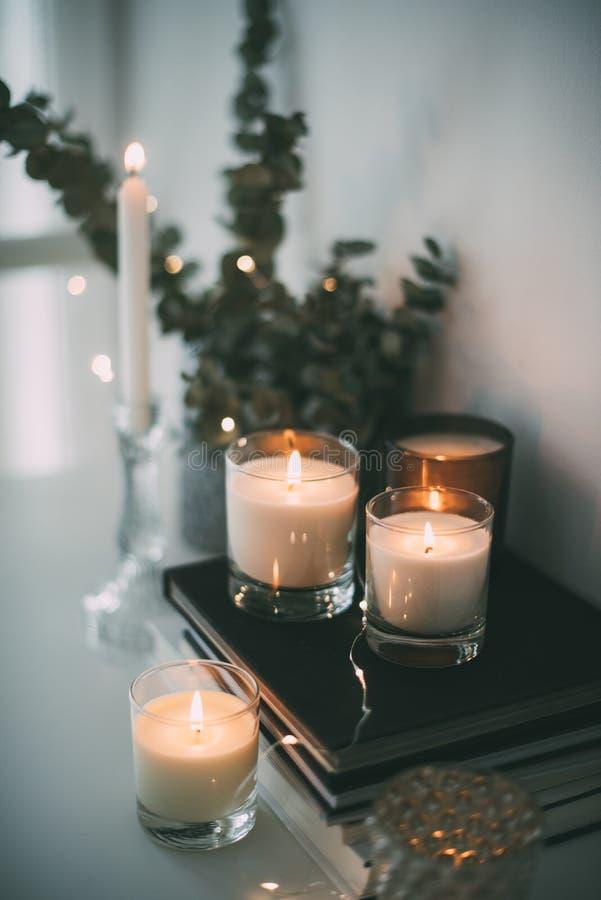 Hemtrevlig hemmiljödekor, brännande stearinljus royaltyfri fotografi