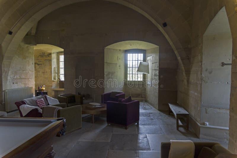 Hemtrevlig korridor i den gamla slotten royaltyfri foto