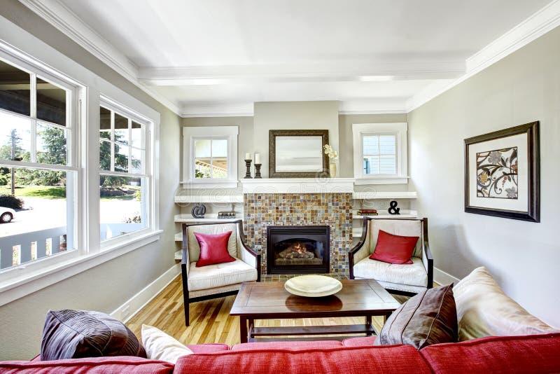 Hemtrevlig liten vardagsrum med spisen fotografering för bildbyråer