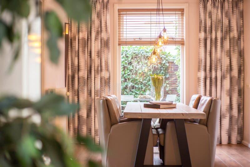 Hemtrevlig matsal med industriella lampor royaltyfri bild