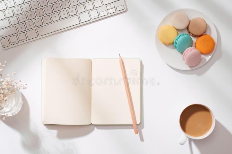 Hemtrevlig morgonfrukost med pastellfärgade färgrika macarons eller makron royaltyfri bild