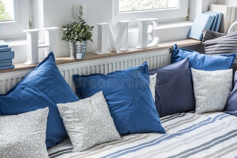 Hemtrevlig säng med kuddar royaltyfri foto