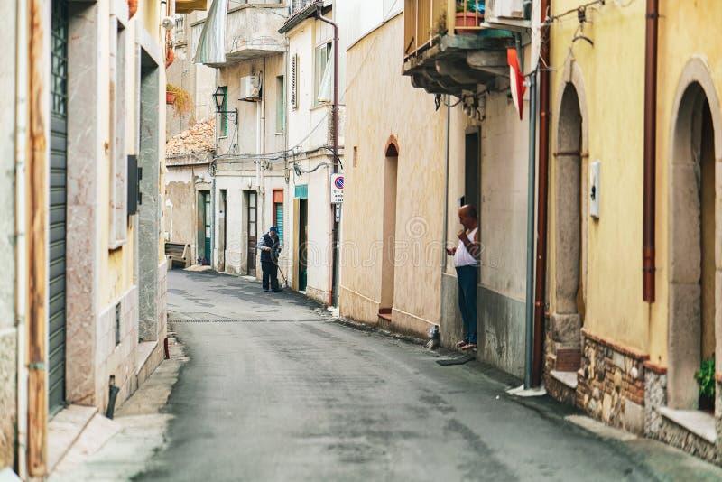 Hemtrevlig Sicilian gata på den Savoca byn royaltyfri fotografi