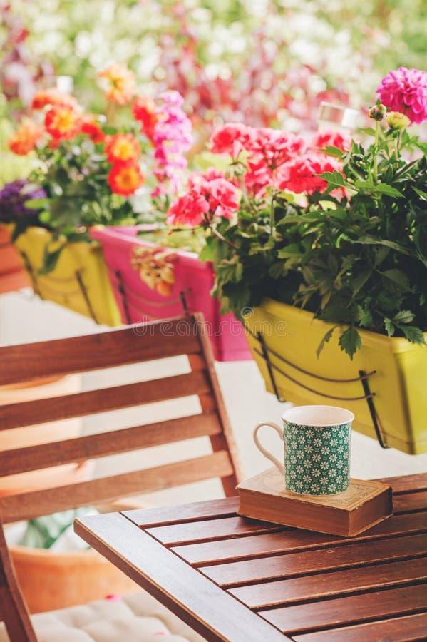 Hemtrevlig sommarbalkong med många lade in växter royaltyfria foton