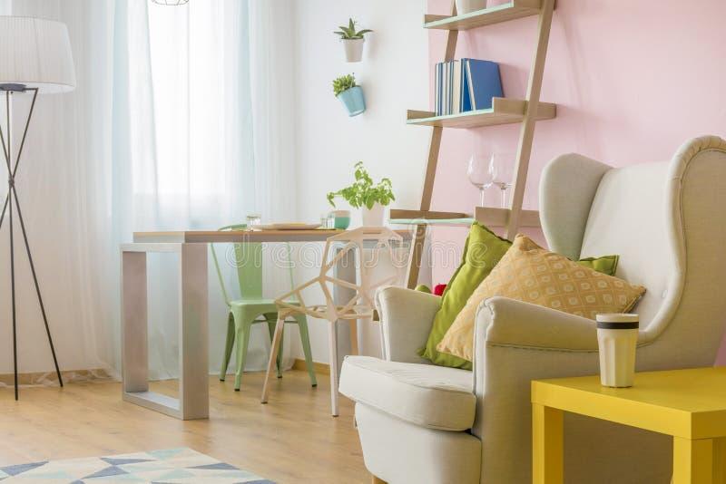 Hemtrevlig vardagsrum i rosa och vit idé arkivfoto