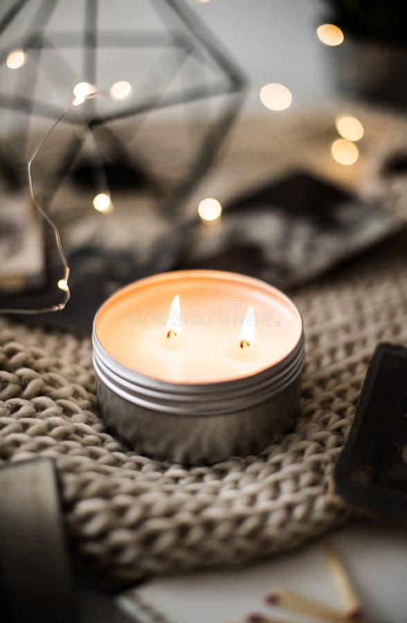 Hemtrevlig varm hem- garnering med bränningstearinljus- och bokehljus royaltyfri bild