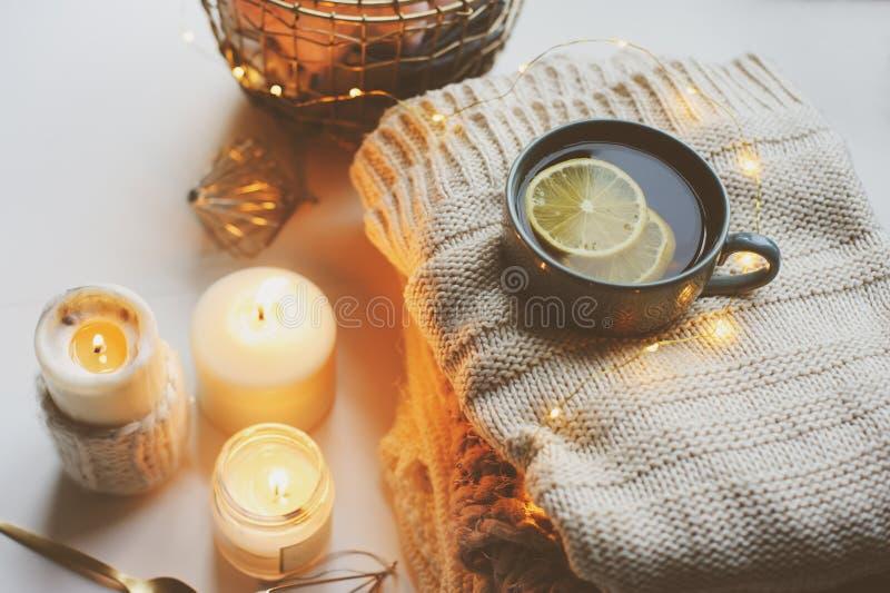 Hemtrevlig vintermorgon hemma Varmt te med citronen, stack tröjor och moderna metalliska inredetaljer royaltyfri fotografi