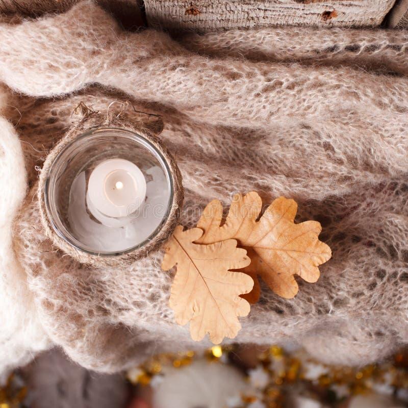 Hemtrevlig vintermorgonhemafton med stearinljus, selektiv fokus, autentisk stillsam atmosfär Stil för KinfolkHygge långsam uppehä royaltyfri bild