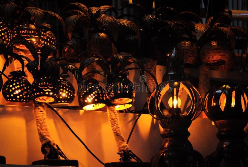Hemtrevliga handgjorda lampor som göras av kokosnötmuttrar med perforering - en souvenir i Thailand royaltyfri bild